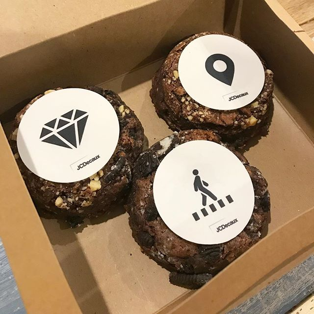 Custom edible logos and brownie shapes for the team @jcdecauxau