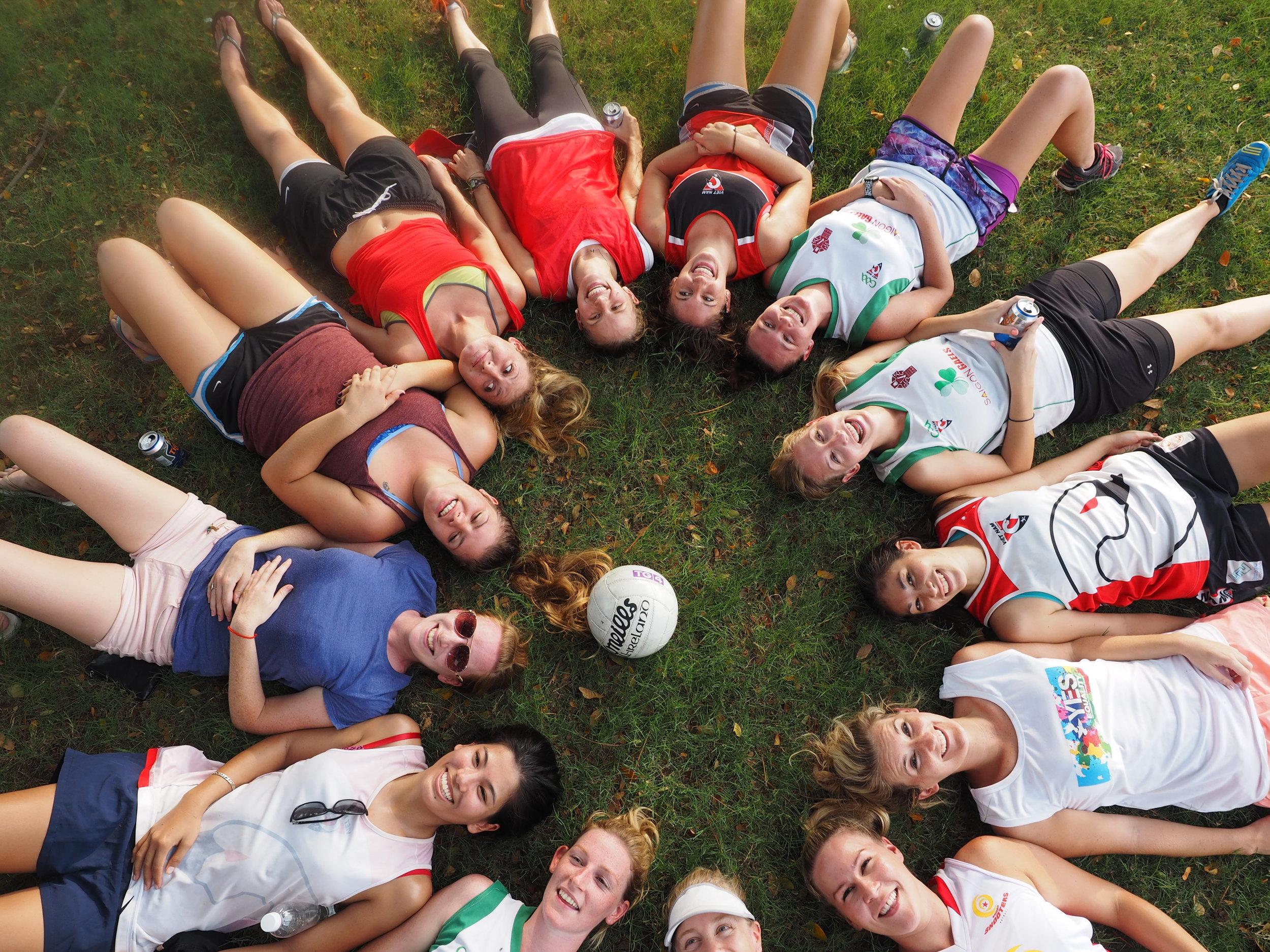 Các nữ cầu thủ trong đội bóng Saigon Gaels