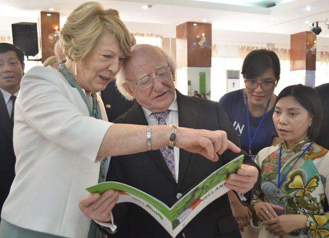 Vợ chồng Tổng thống Michael D. Higgins vui vẻ xem các danh thắng của đất nước mình trong quyển sách giới thiệu về Ireland bằng tiếng việt