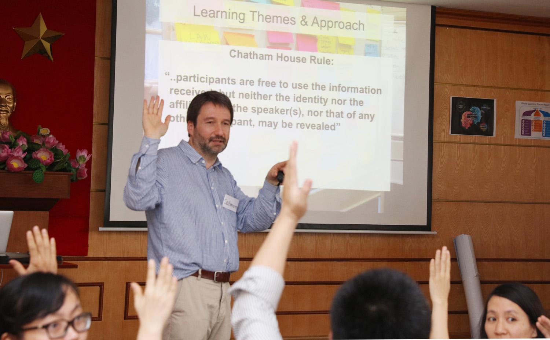 TS. Colman Farrel giới thiệu về khóa học với các học viên