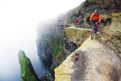 Những du khách can đảm tham gia tour xe đạp ở Cliffs of Moher