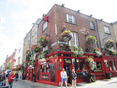 Phố cổ Dublin ngày hè
