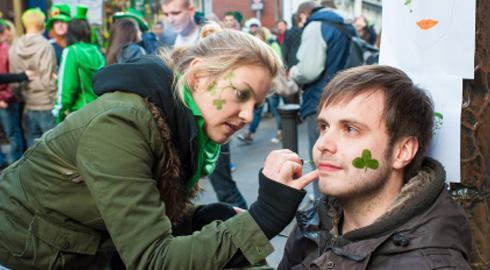 Người dân vẽ cỏ 3 lá lên mặt (Nguồn ảnh: Hotcourses.vn)