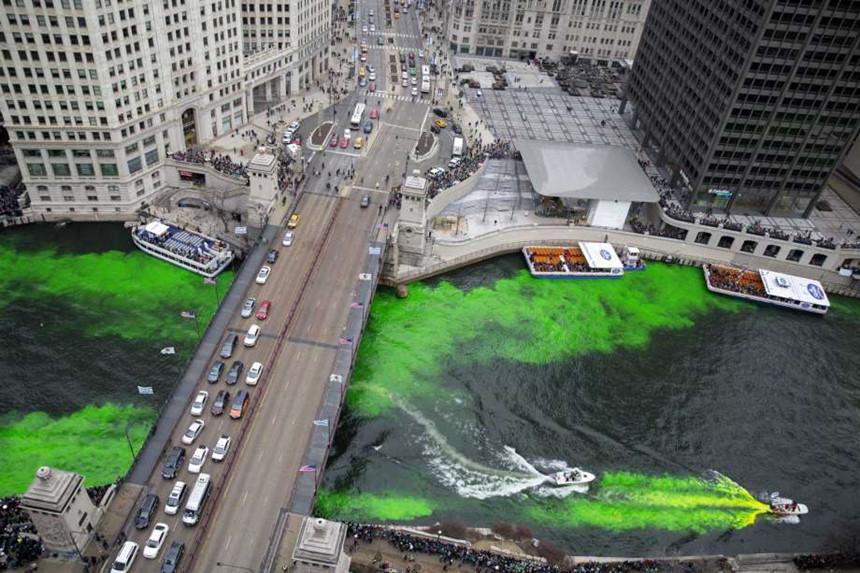 Hai bên bờ sông Chicago, Mỹ được nhuộm xanh vào ngày thánh Patrick (Nguồn ảnh: AP)