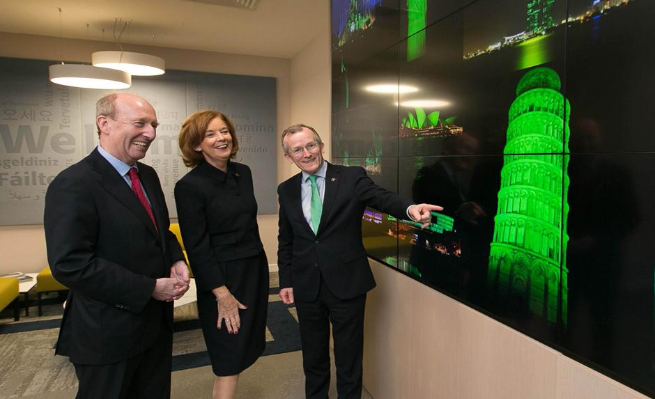 Ông Shane Ross, bộ trưởng du lịch Ireland; bà Joan O'Shaughnessy, chủ tịch Tourism Ireland; và ông Niall Gibbons, CEO của Tourism Ireland, tại lễ công bố chiến dịch Nhuộm xanh Toàn cầu 2019 của Tourism Ireland.