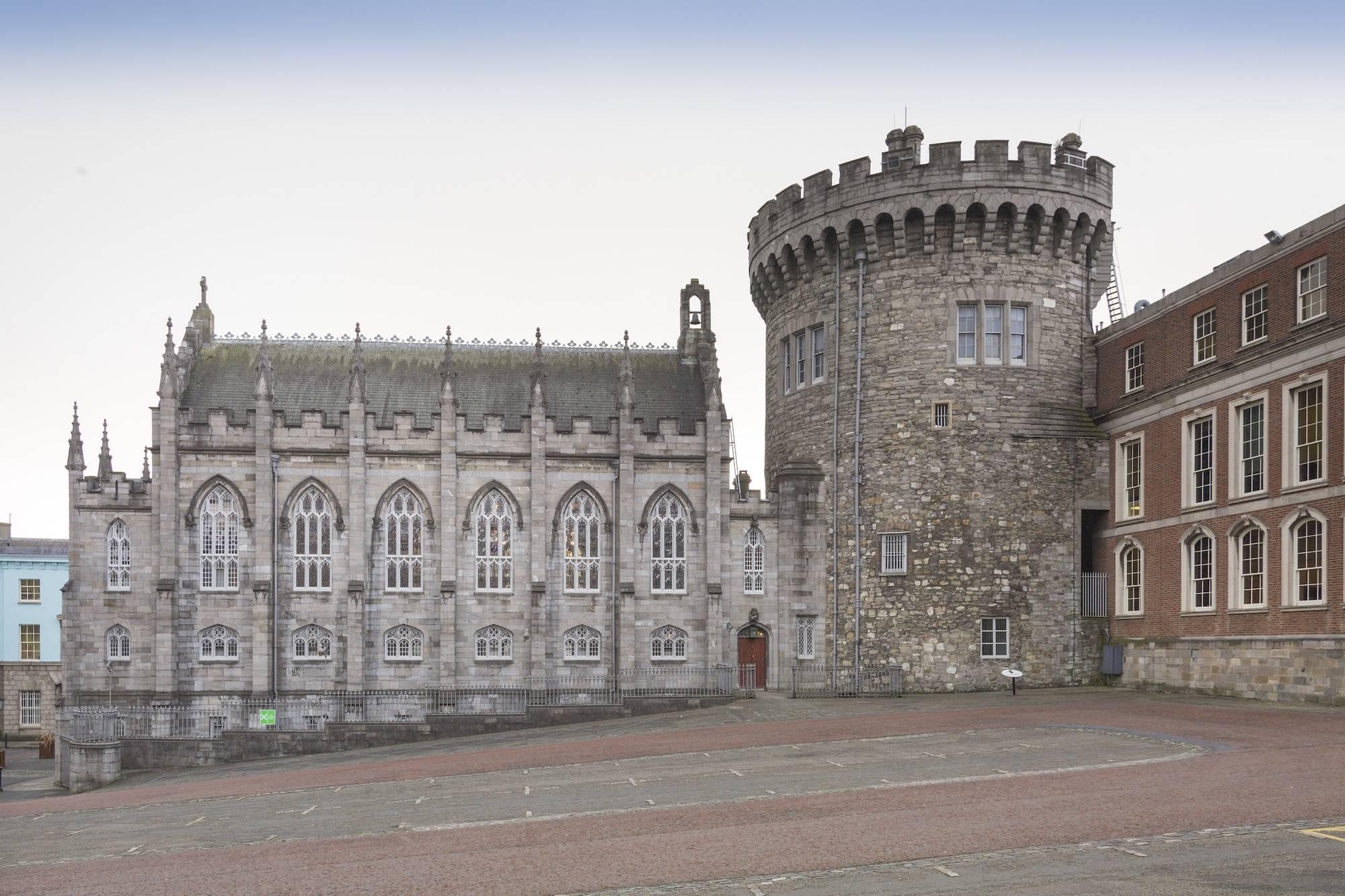 Vài km lại có một castle, chúng nhiều đến mức không kịp đặt tên. Ảnh này là Dublin Castle. Nguồn ảnh: findingtheuniverse.com
