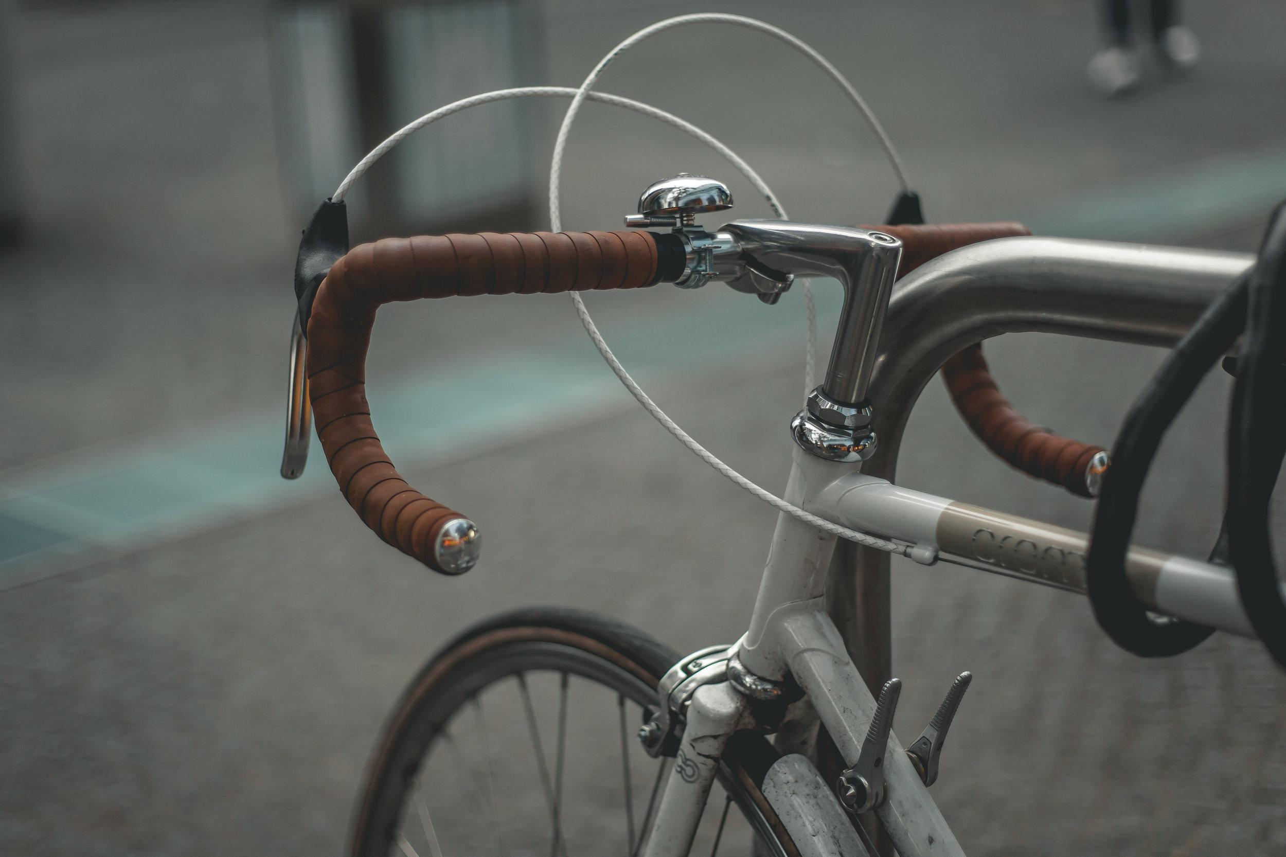 zet fiets op slot en vast aan de beugels voor panden