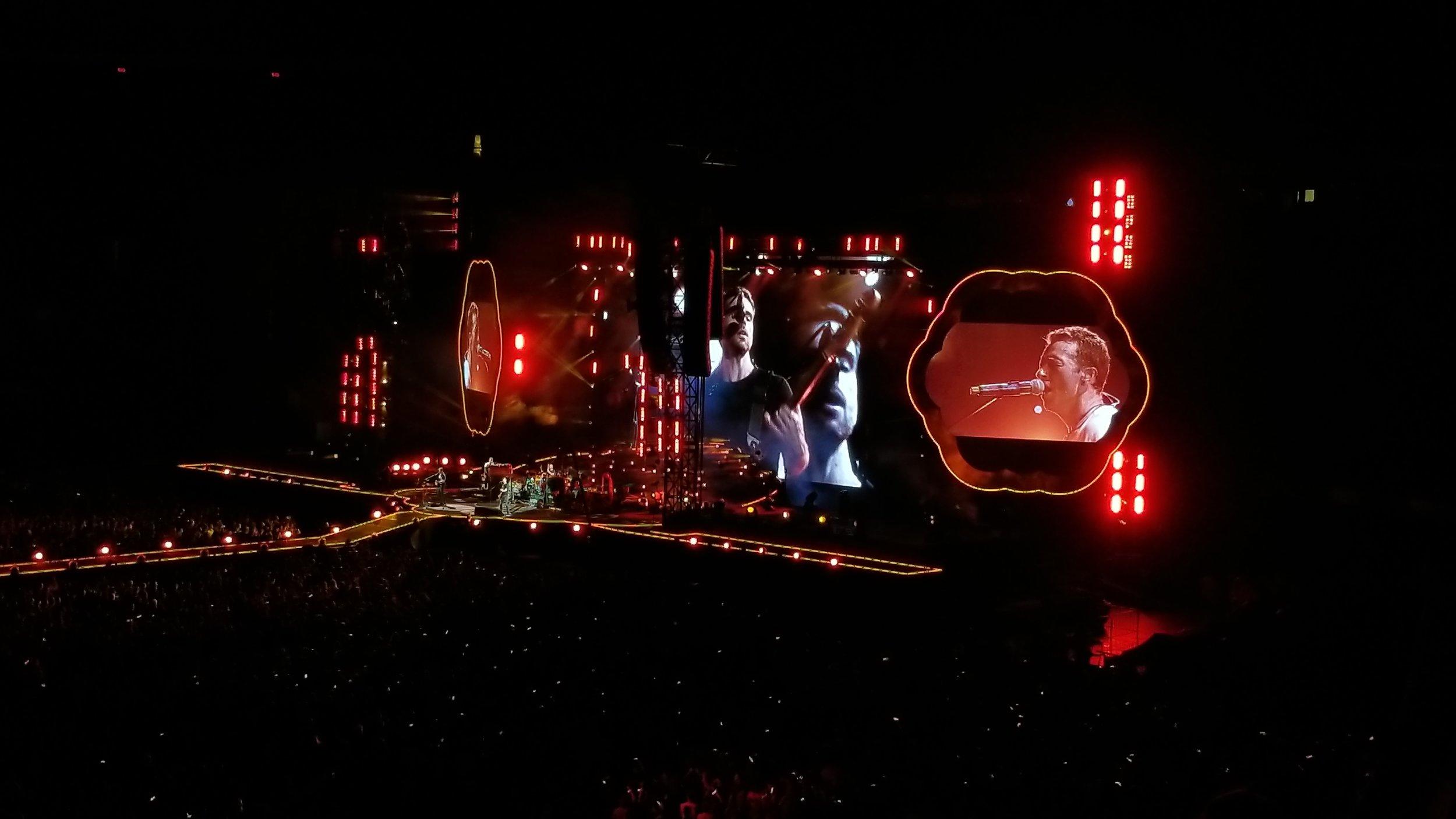 Fans sing along to a heartfelt favourite, Fix You  | ebbony&lune
