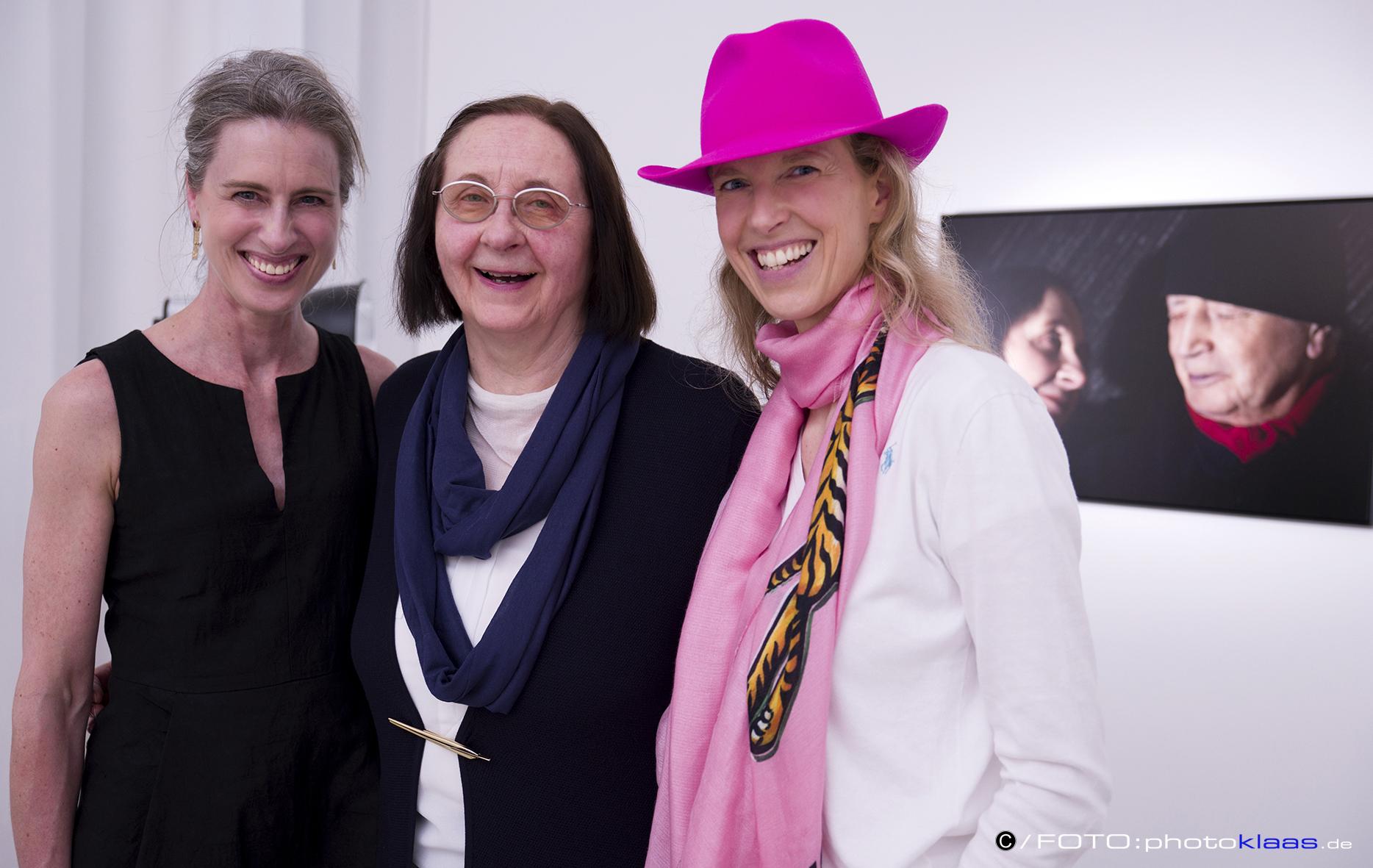 Foto 3: v.l.n.r. Frau Dr. Vera Geisel und die beiden Künstlerinnen Prof. Rissa und ATM. Fotos mit freundlicher Erlaubnis von  www.photostudioklaas.de
