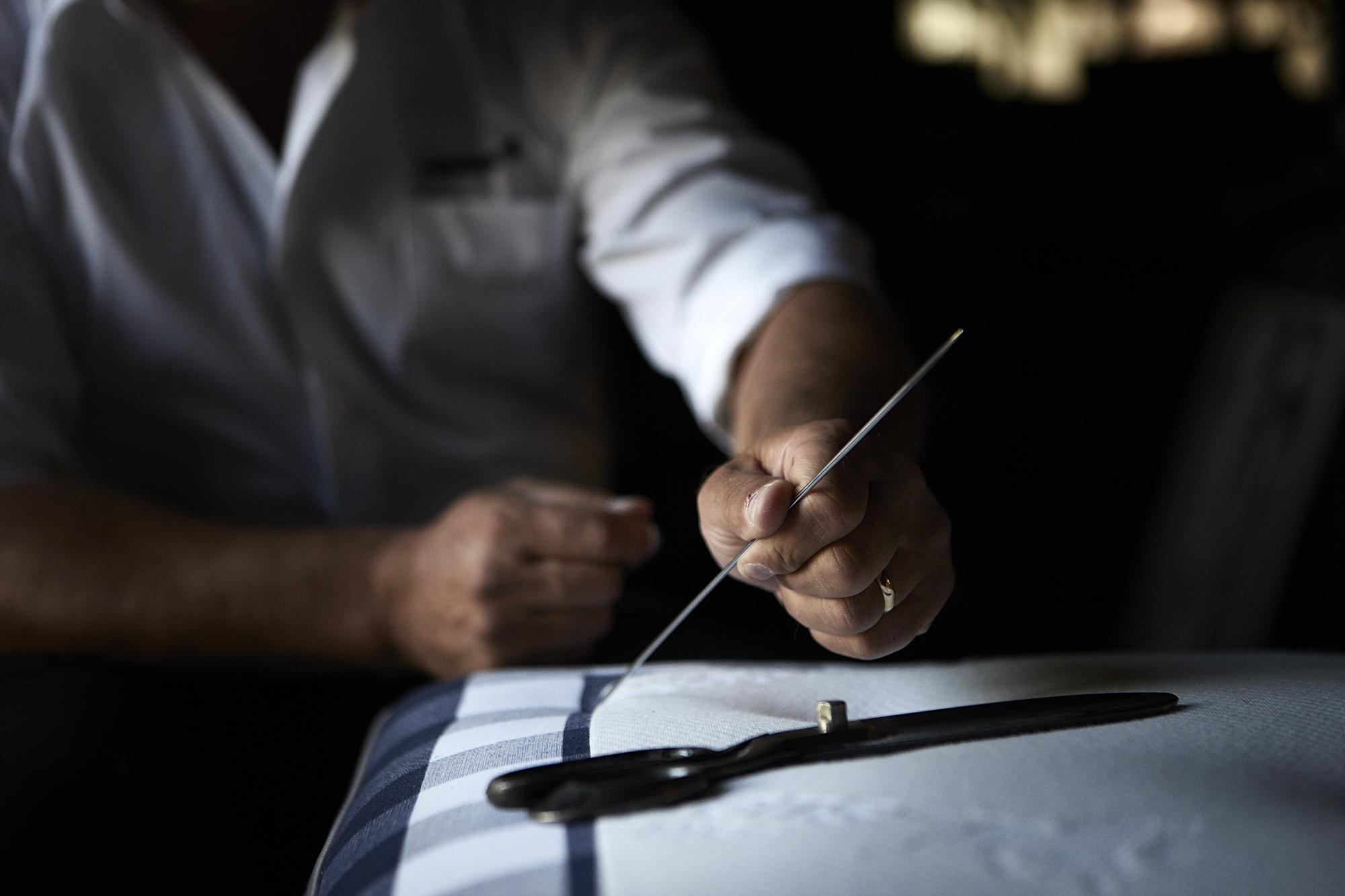HANDWERK - Unsere Betten sind nichts ohne das Handwerk, und das Handwerk ist nur so gut wie diejenigen, die es praktizieren. Die Handwerker von Hästens verwenden traditionelle Techniken, die von Generation zu Generation weitergegeben werden, um jedem Bett eine Seele und einen eigenen Charakter zu geben.