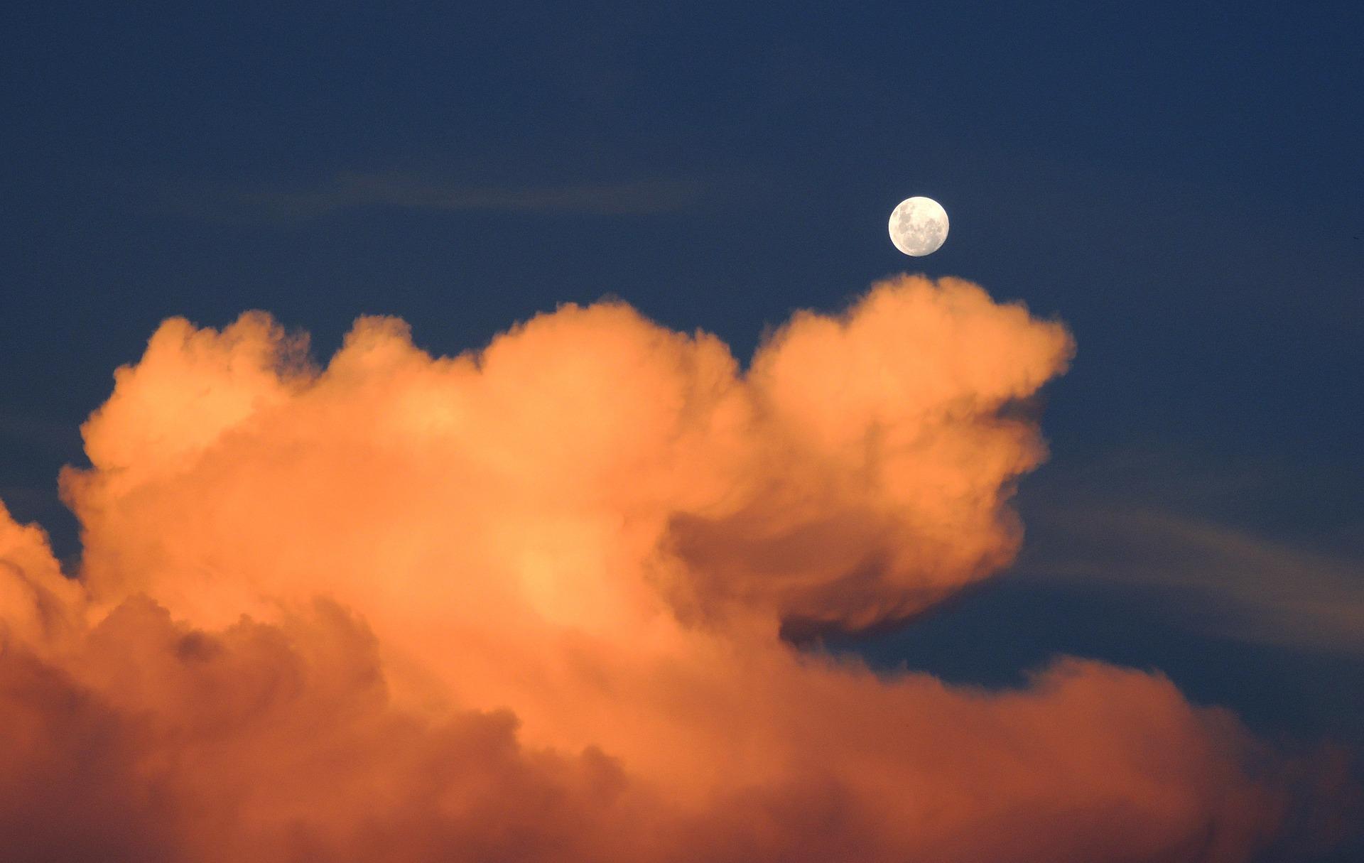 clouds-323426_1920.jpg
