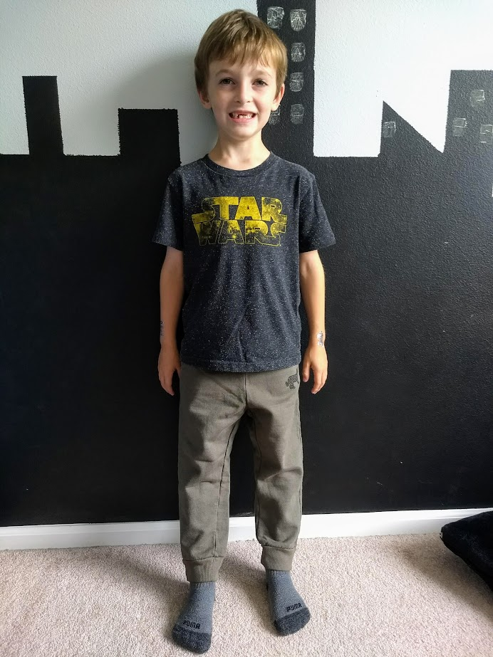 Abraham models his new favorite outfit: second-hand t-shirt and Beru sweatpants
