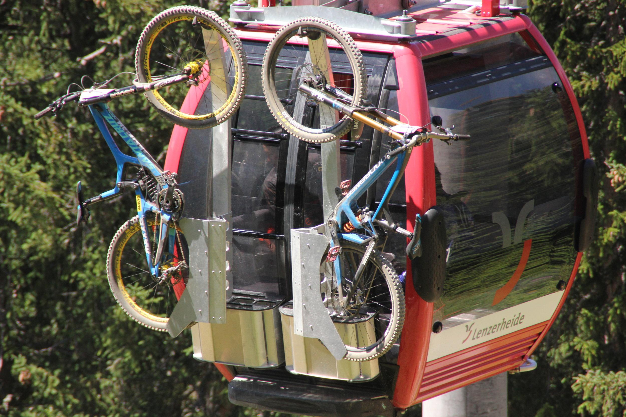 バイクラックの安定感がすごい。これ、バイクが汚れていても、室内は汚れないのでいいですね。
