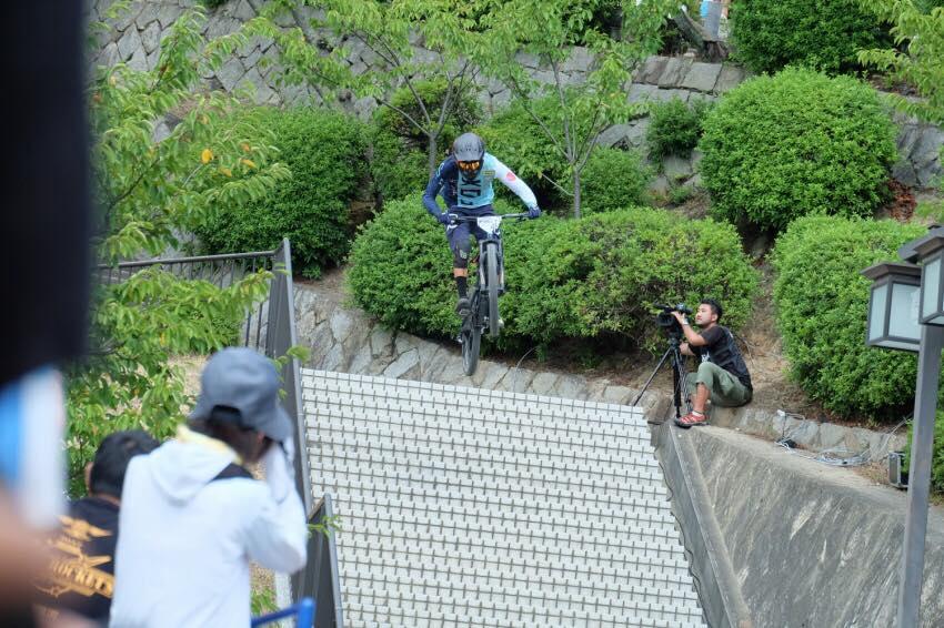階段一気飛び。かなりデカイギャップです。手前がフラットコーナーなので、スキルが必要。PC Keisyou Kajihara