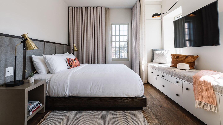 savtx-king-guestroom-9576-hor-wide.jpg