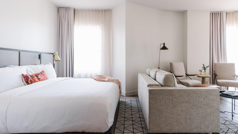 savtx-king-guestroom-9582-hor-wide.jpg