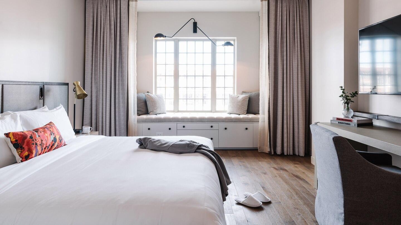 savtx-king-guestroom-9584-hor-wide.jpg
