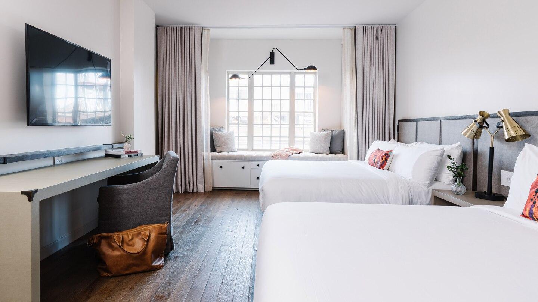savtx-king-guestroom-9589-hor-wide.jpg