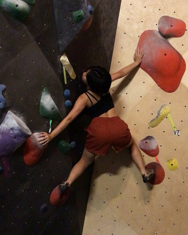 Twisting up like... 📸 @williamjluperena  #climbMandyclimb #bkblove #brooklynboulders #team739 #bouldering