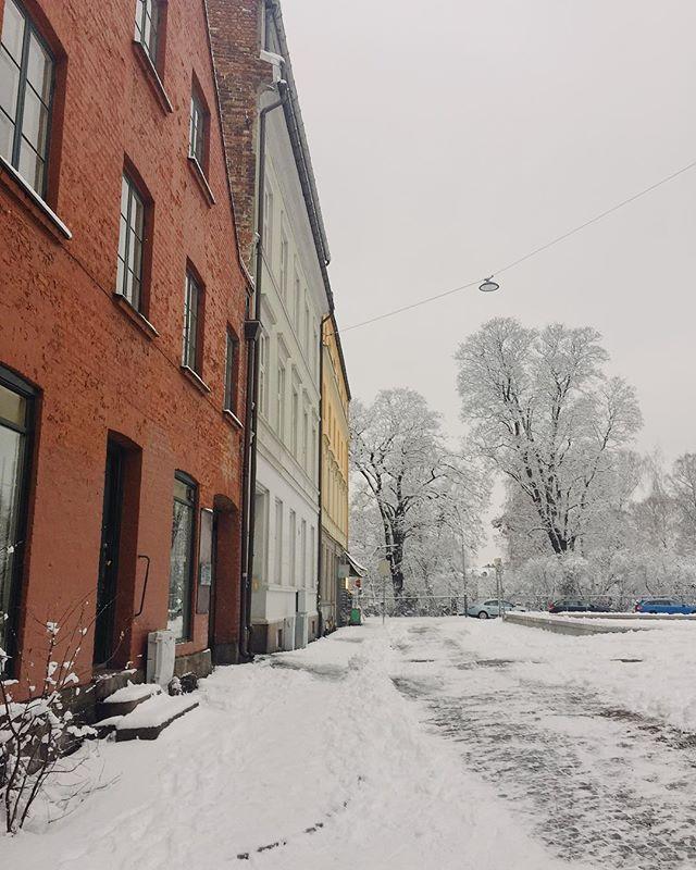 Inne er det arbeidsro, ute er det adventsstemning. Happy weekend 🌬 - #workmode #kontorliv #frilansliv #oslove #snowlove