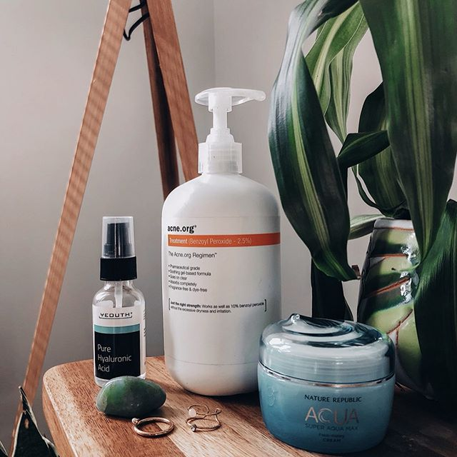 Which is harder to maintain, clear skin or healthy hair? 😩   Have you had a chance to read my most recent blog post? It's up now on thechiessentials.com/blog and at #linkinbio  Also, I want to say thanks Sabrina and Team Yeouth for my bottle of Pure Hyaluronic Acid - it fit nicely into my skincare routine! @yeouthskincare