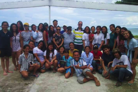 At the SEA CAMP in Barangay, Dr Weena Gera's Environmental Politics and Governance class from the University of the Philippines, Cebu poses for a picture with Tony Oposa (standing in the middle).