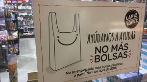 Help us help get to no more bags. A sign in a Santiago supermarket spells the end to single-use plastics. Courtesy BocaLista.
