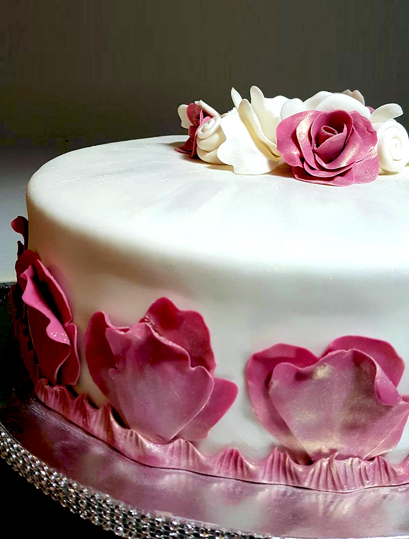 Fios de Mel by Elizabete Costa Cakes and Sweet New York -  1 tier cake with rose petals and golden dust detail.jpg