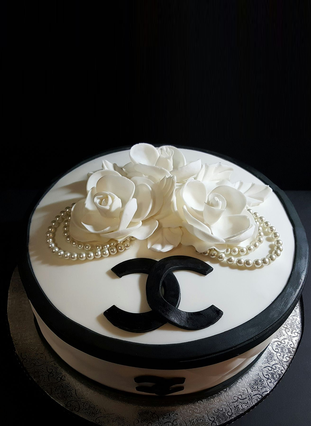 Fios de Mel by Elizabete Costa Cakes and Sweet New York -  1 tier chanel pearls roses cake.jpg