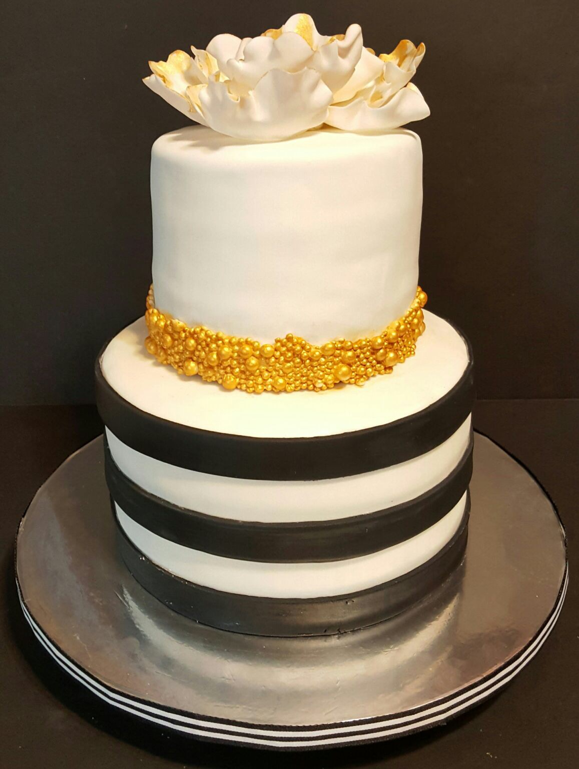 Fios de Mel by Elizabete Costa Cakes and Sweet New York - 2 tier cake with gold flower 2.JPG