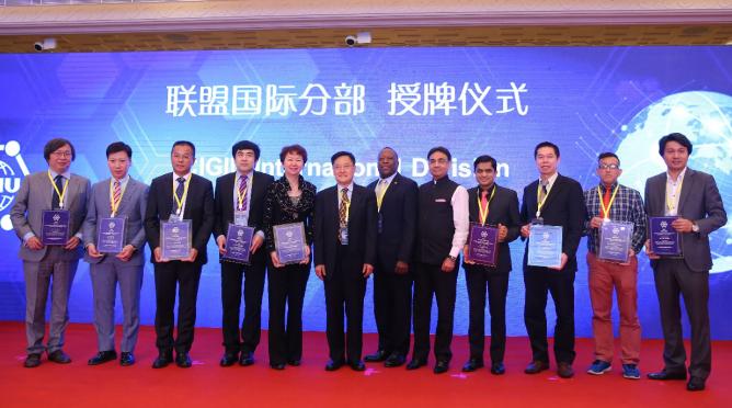 中国艺术国际行共同主席龚庭玉(左五)