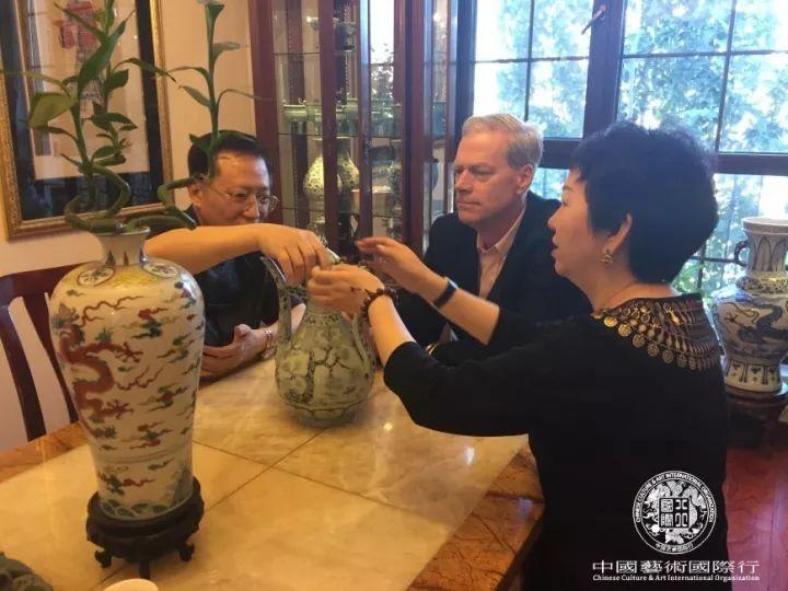 Mr. Steven C. Rockefeller Jr. and Mr. Li Zhiren appreciated the artistic collection in Beijing Cheng Huai Tang