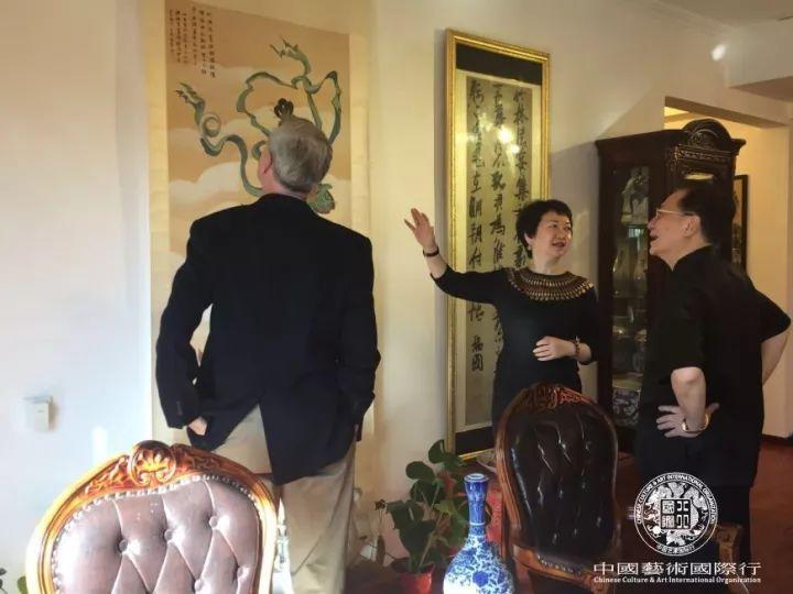 斯蒂文先生与李志仁先生在北京澄怀堂鉴赏艺术藏品