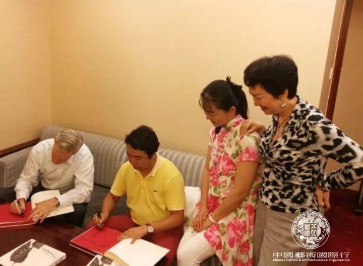 斯蒂文先生与刘中先生在合作的《相约在夏季》作品集上签字