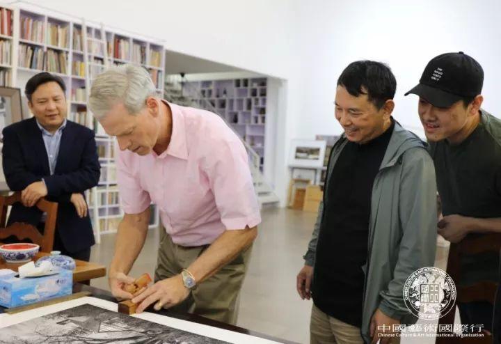 斯蒂文先生在赠予姜国芳老师摄影作品上签字盖章