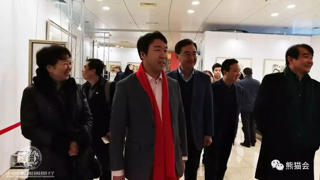 ▲ 刘中引领各方嘉宾参观展览