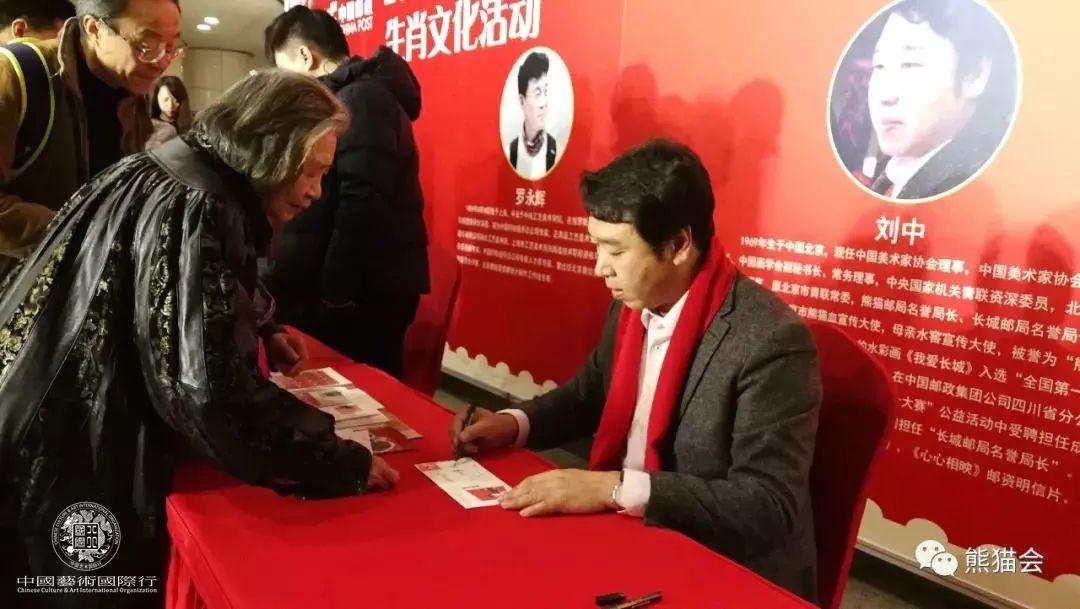 ▲ 邮展现场 刘中给邮迷们签字