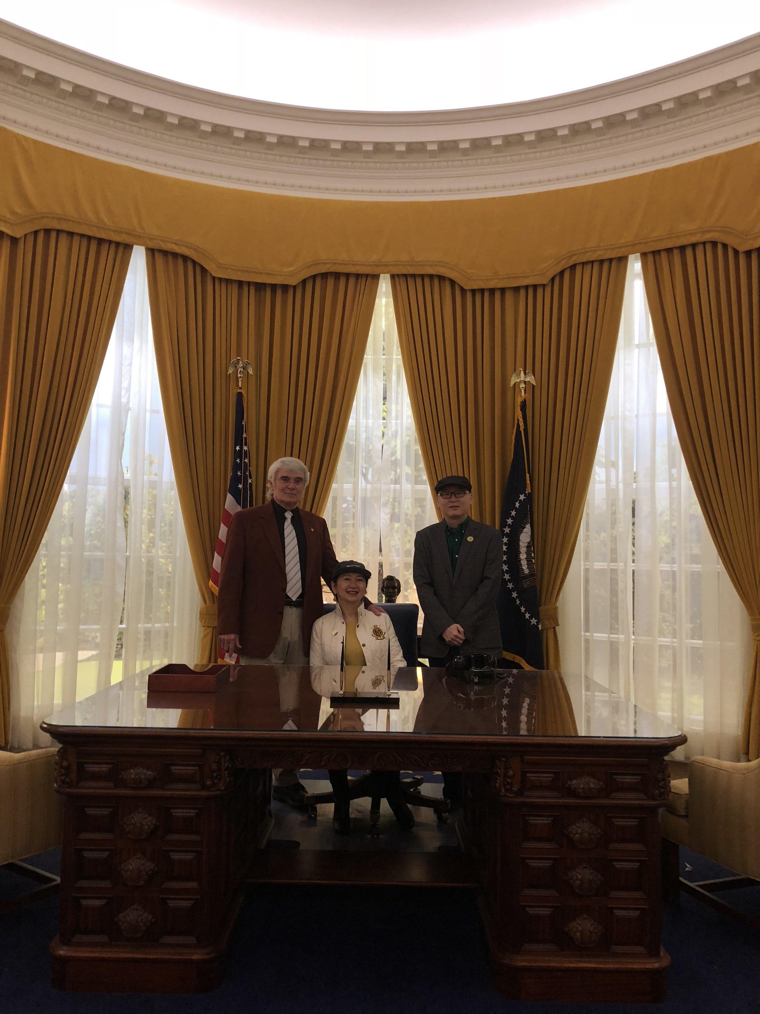 从左至右:唐纳德·尼克松,龚庭玉,邓介平
