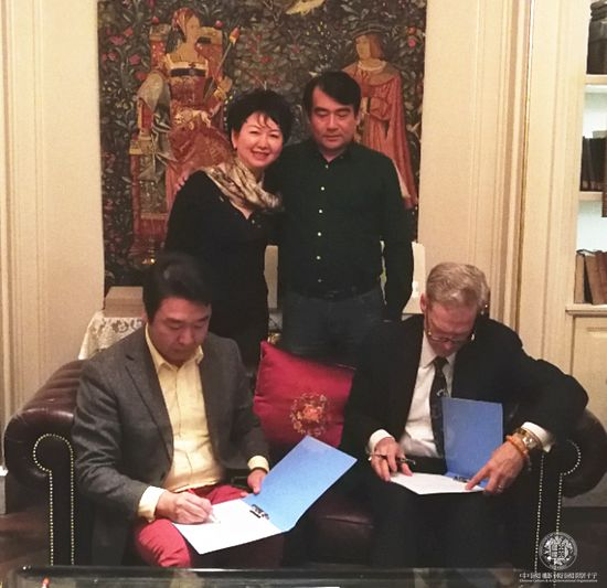 史蒂文·洛克菲勒与刘中签字授权  中国邮政制作、发行其作品的国版明信片