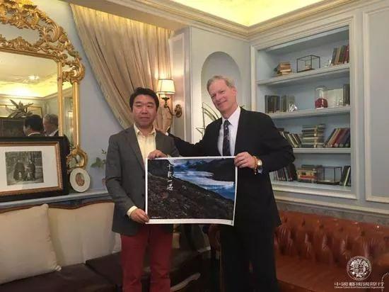 史蒂文·洛克菲勒向好友刘中赠送影像新作  《千载一遇》