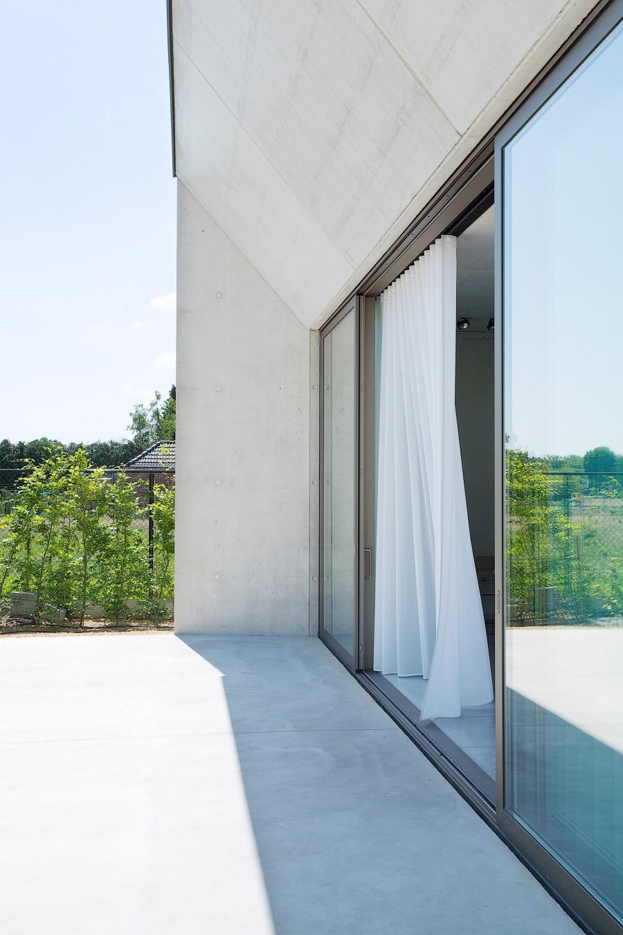concrete-house-in-belgium-aprilandmay2