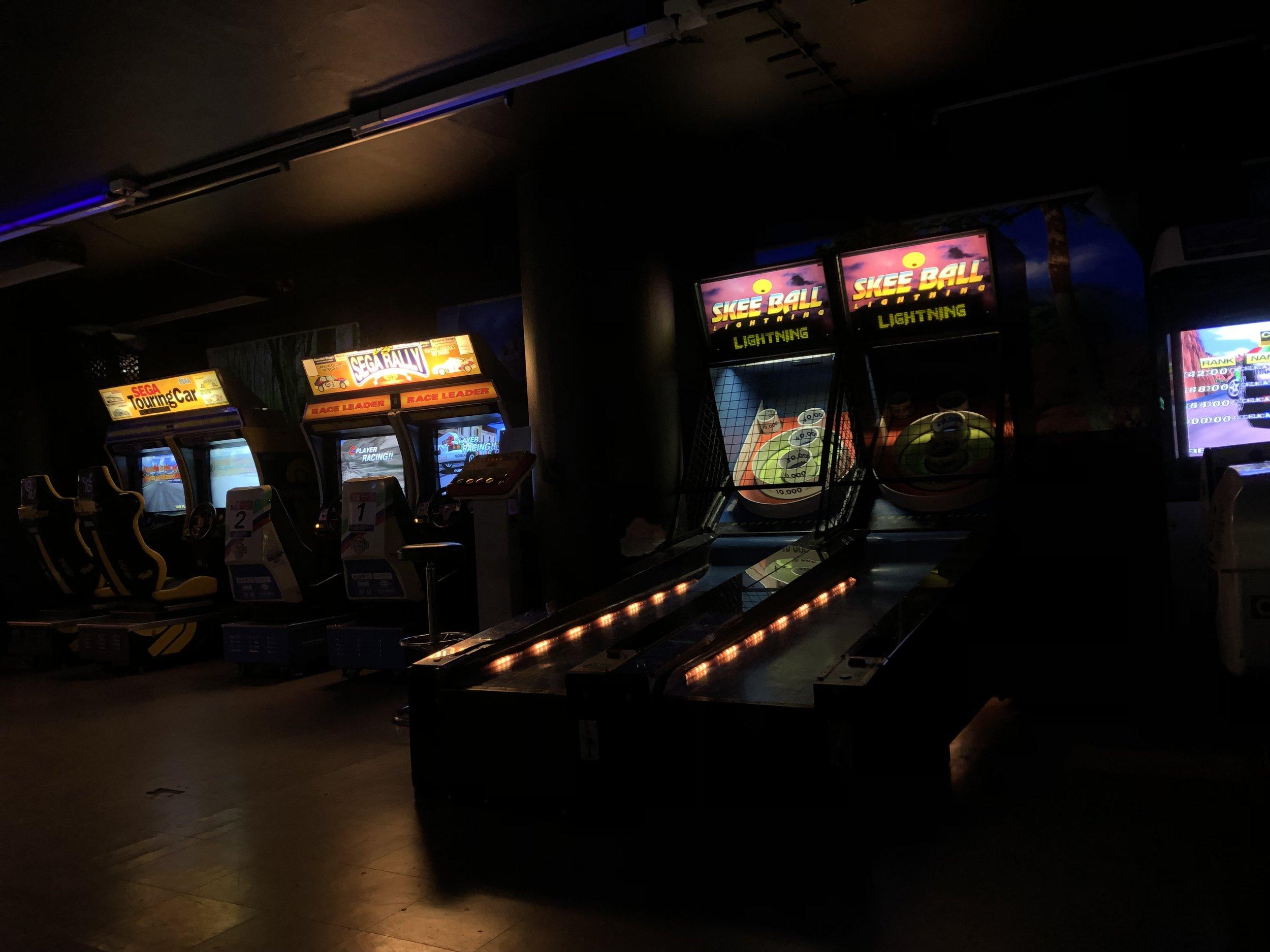 Party-paketti - - 13 € / hlö + huonevuokra- Yksi avoin Megazonepelikierros- Synttärihuone käyttöön Megazonepelin ajaksi ja tunniksi sen jälkeen- Pelibunkkerin pelit käyttöön ilman aikarajoitusta- Mahdollisen tarjoilun asiakas tuo itse