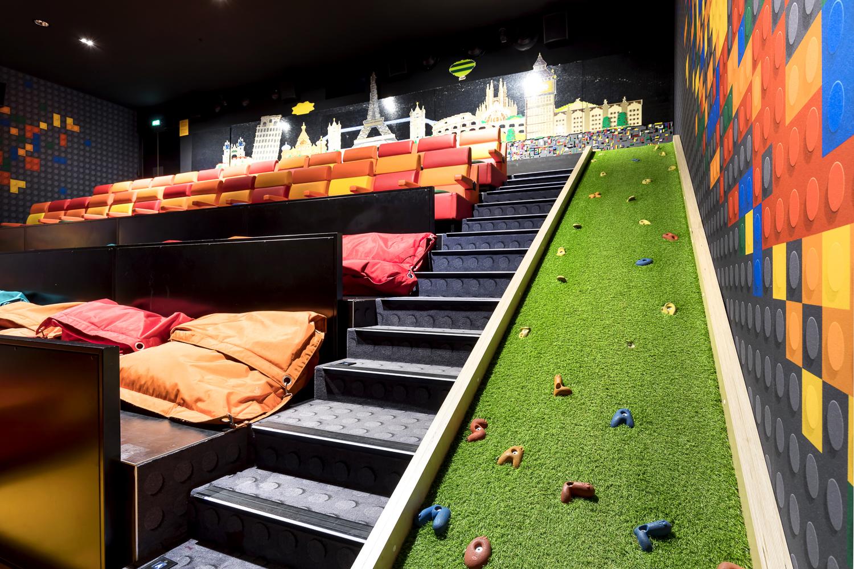 Fabrication de la rampe d'escalade de la salle Mômes du cinéma Pathé la Villette