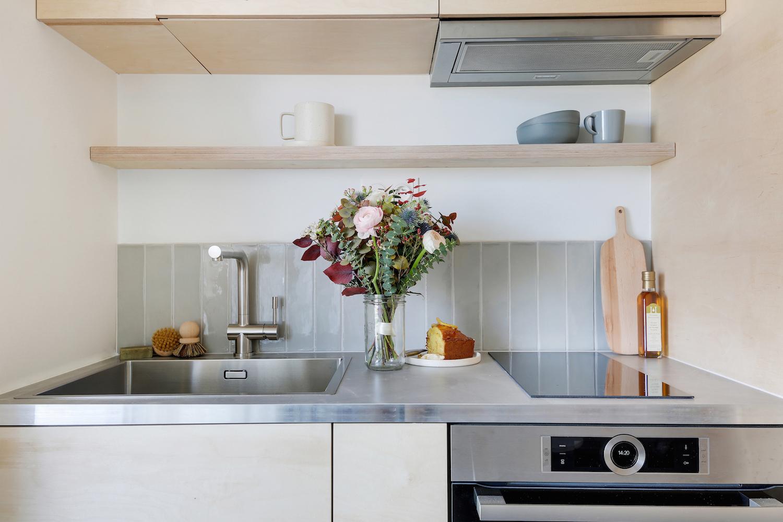 Cuisine sur-mesure en bois clair pour aménager un studio parisien