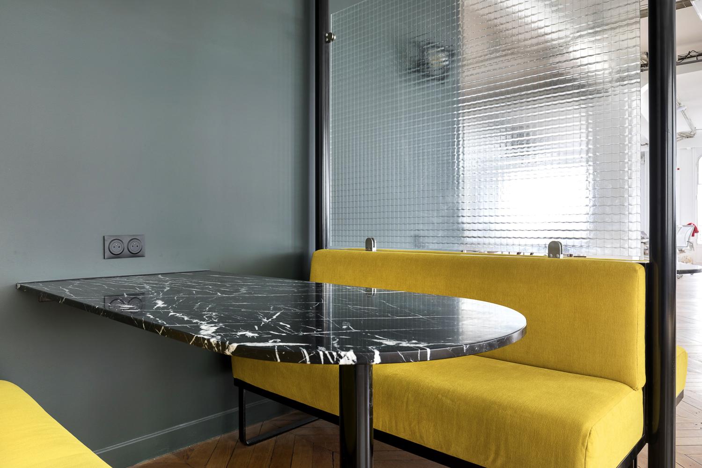Fabrication de banquettes sur-mesure et de cloisons séparatrices en verre