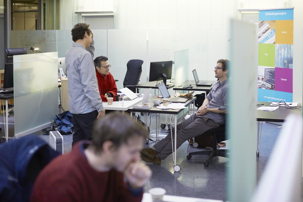 ....  Inside Simula's modern headquarters is the Simula Garage - a free offering for ambitious IT entrepreneurs.  ..  Inne i Simulas moderne hovedkvarter er Gründergarasjen - et gratis tilbud for ambisiøse IT-gründere.  ....