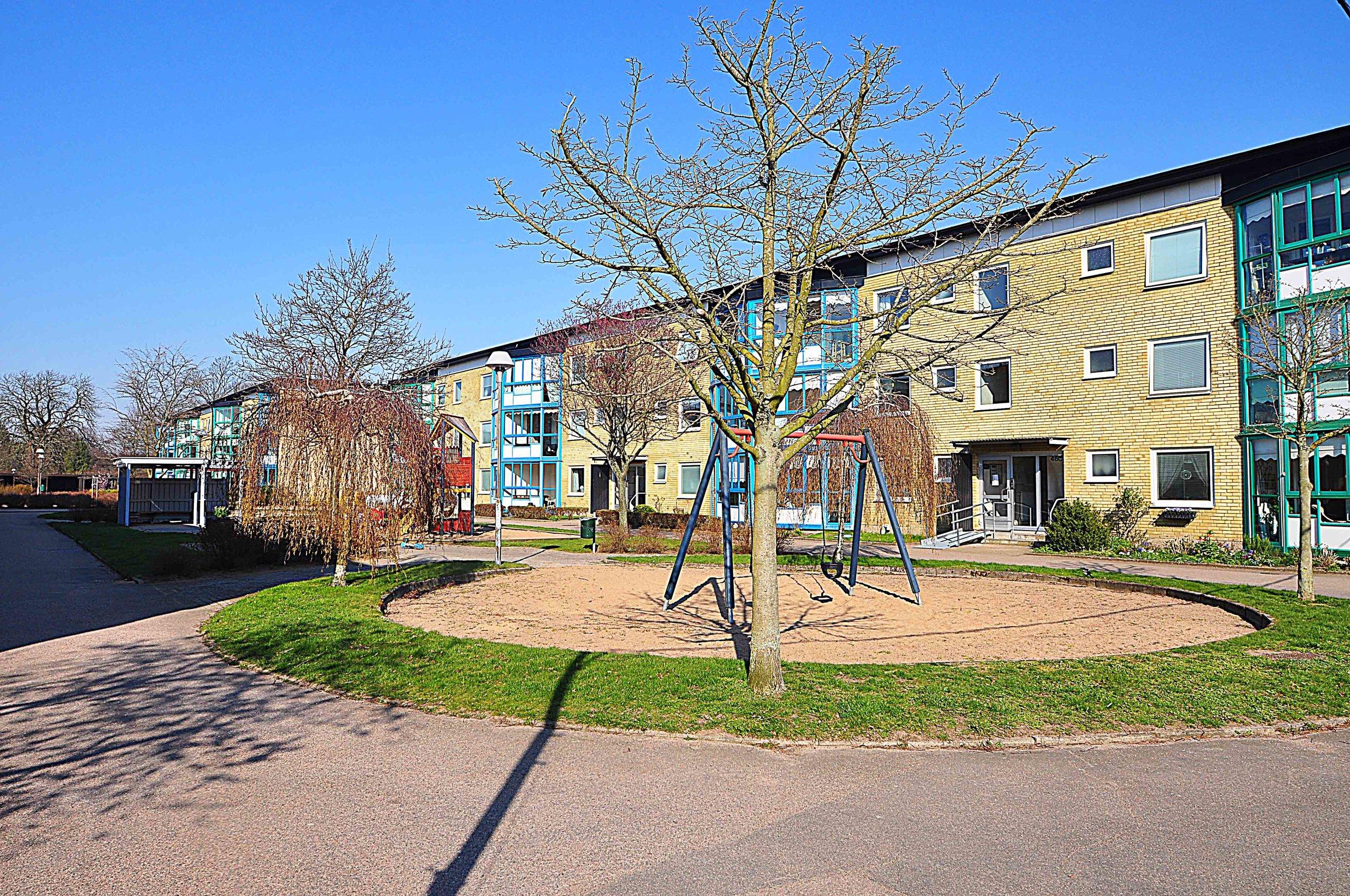 Södra Hunnetorpsvägen - Helsingborg - Högst upp i huset ligger denna exklusivt renoverade 2´a på 42 kvm, utrustad med bl.a. spotlights och granit bänkskiva i köket. Stor härlig inglasad balkong med fri utsikt över omgivningarna. Avgift 2 885 krPris: 745 000 kr / bud