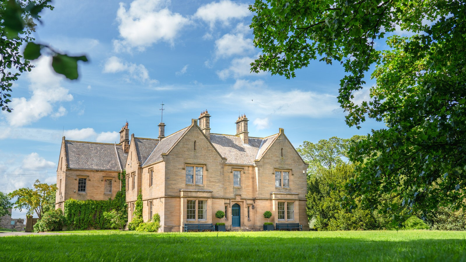 Healey Hall & Cottages - NORTHUMBERLAND, NE44 6BHLocated one mile from Healey Barn, Healey Hall & its adjoining cottages can accommodate up to 34 people in 17 luxurious bedrooms.