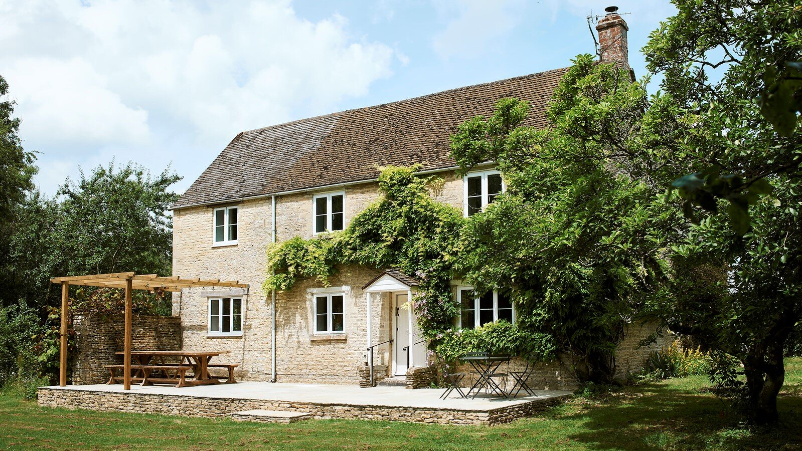 Montreal House - GLOUCESTERSHIRE, GL7 5ELLocated nine miles from Stone Barn and one mile from Cripps Barn, Montreal House can accommodate 10 people in 5 bedrooms