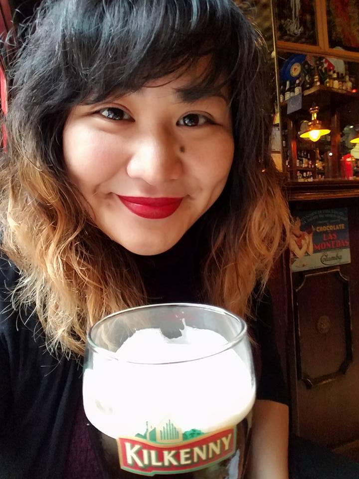 Trish having a pint in the Fontanilla Bar (Madrid, Spain).